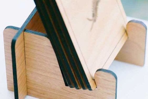 Drevené podpivníky vyrobené v dielni v Labe.